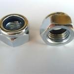 Nakrętki 6-kątne samozabezpieczające DIN 985